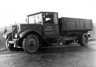 Altes Firmenfahrzeug auf einem Schwarz-Weiß Bild