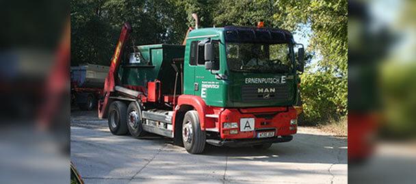 LKW mit Container auf der Ladefläche