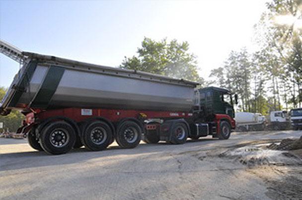 LKW mit Baustoffen für eine Großbaustelle