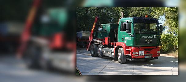 LKW mit Container auf der Ladeflaeche