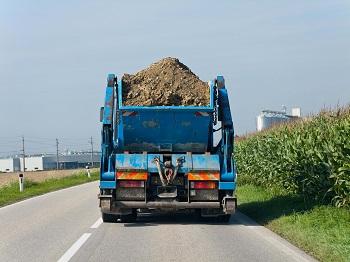 LKW mit Erde beladen auf einer Strasse