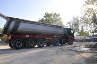 Großer LKW für Baustoffe