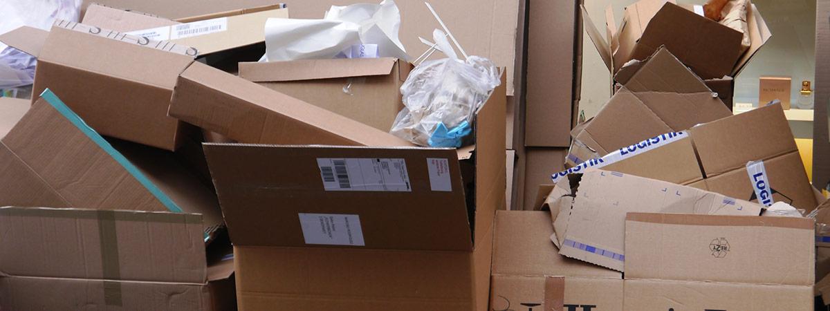 Cartons mit Baumischabfall einer Baustelle