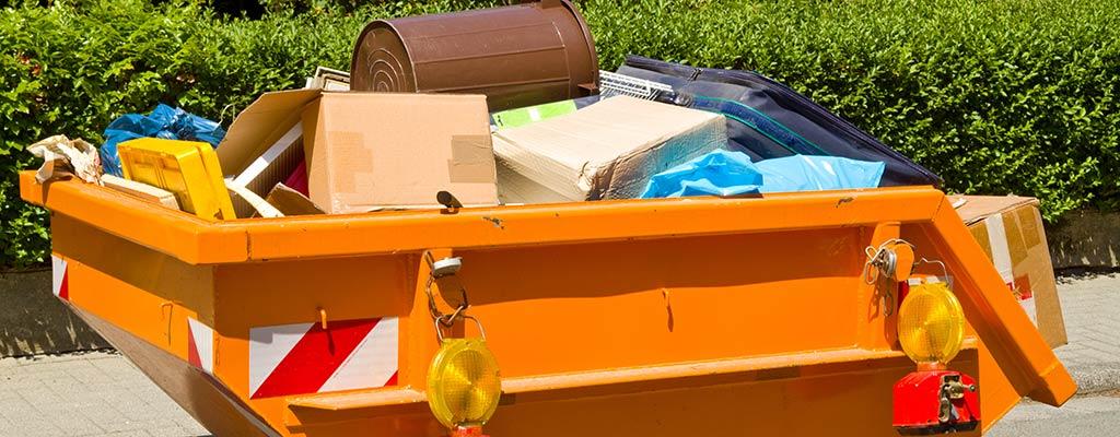 Container mit Abfall auf öffentlichem Grund