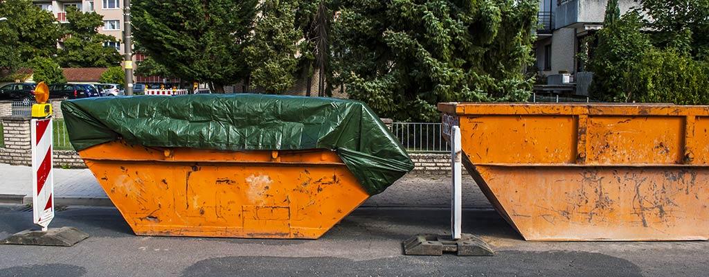Bauschutt-Container auf der Straße
