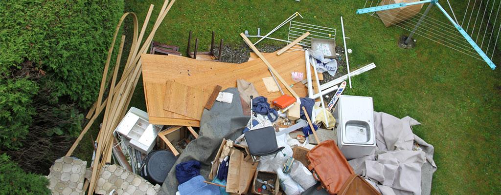 Müll im Garten als Symbol für Müllentsorgung bei einem Umzug